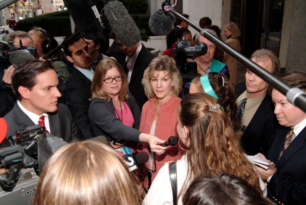 Tammy Kitzmiller in press scrum after trial, 2005/11/04